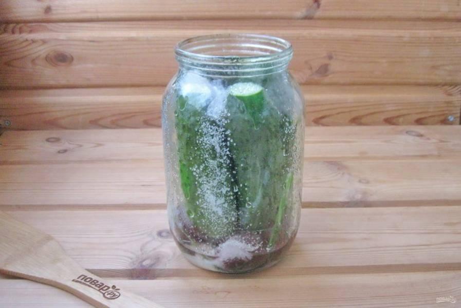 Опять слейте воду в кастрюлю и доведите до кипения. Пока вода закипает, насыпьте в банки соль, сахар и налейте уксус 9%. На одну литровую банку потребуется 1 столовая ложка крупной соли, 2 столовые ложки сахара и 1 столовая ложка уксуса 9%.