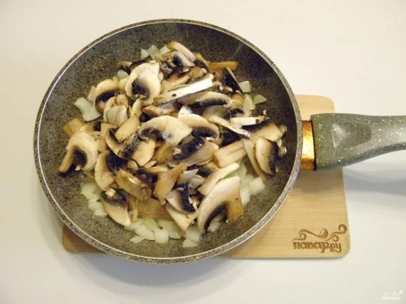 Добавьте шампиньоны и соль, доведите продукты до готовности. Параллельно поставьте мясной бульон на плиту, доведите его до кипения.