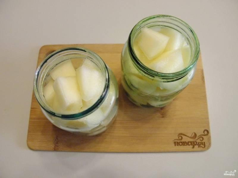 В чистые и стерильные баночки плотно уложите кусочки дыни.