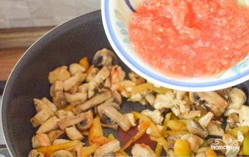 Влейте помидор на сковороду и тушите блюдо под крышкой на медленном огне в течение 4-х минут.