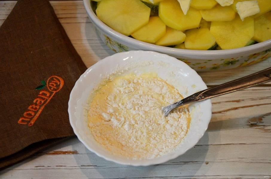 6. Для заливки соедините яйца, муку, сливки, измельченный чеснок и соль. Перемешайте.