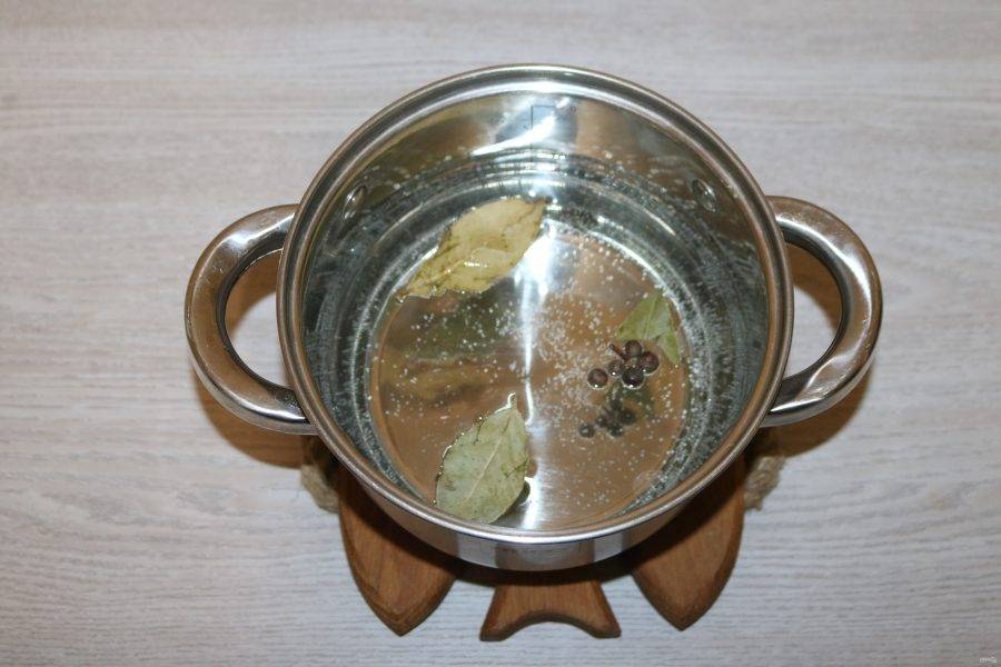 Приготовьте рассол. Воду с лавровым листом, перцем и гвоздикой доведите до кипения и кипятите в течение 5 минут.