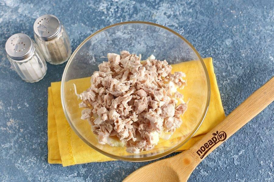 Куриное филе я отвариваю в подсоленной воде. Можно мясо обжарить или запечь в духовке. Нарежьте курицу небольшими кубиками.