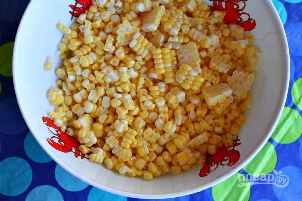 1. Кукурузу важно использовать молодую и свежую, чтобы она не была жесткой. Вымойте початки, обсушите и острым ножом срежьте зерна.