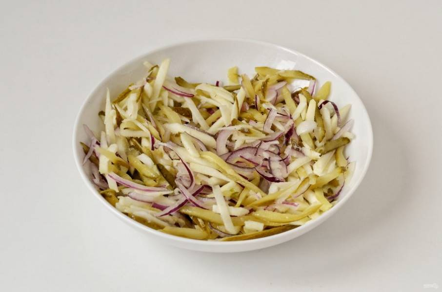Отожмите лук, добавьте его в миску. Заправьте салат маслом, приправьте солью, перцем и сахаром. Перемешайте.