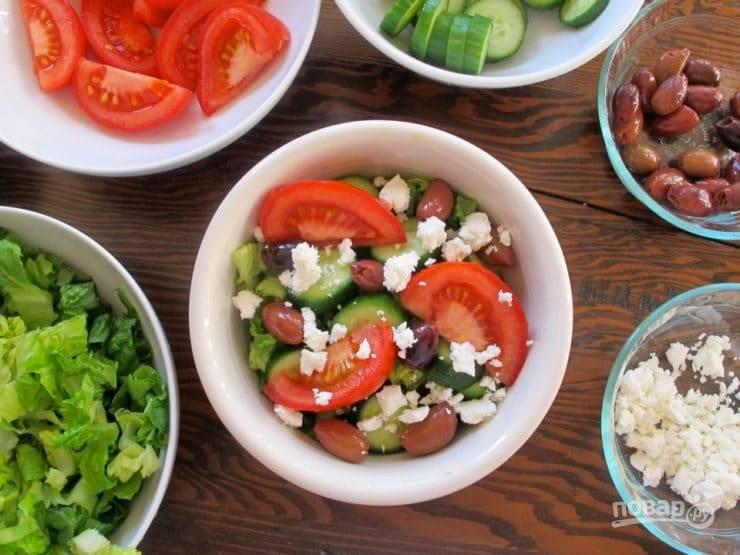 6. Потом – помидор, оливки и кусочки сыра.