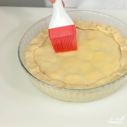 13. Края склейте. Смажьте поверхность теста взбитым яйцом. Выпекайте пирог с мясом в разогретой до 240 градусов духовке до образования румяной корочки.