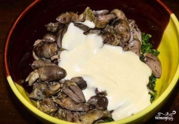 8. Посолите и поперчите немного. Заправьте салат с куриными сердечками в домашних условиях по вкусу.