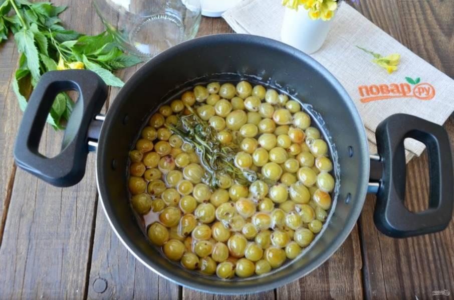 Через 5-6 часов доведите ягоды до кипения. Снова остудите полностью.
