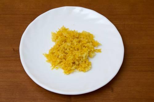 1. Вымыть лимон, обсушить и натереть цедру. В рецепт приготовления творожного суфле с ягодами можно использовать также апельсин, например.
