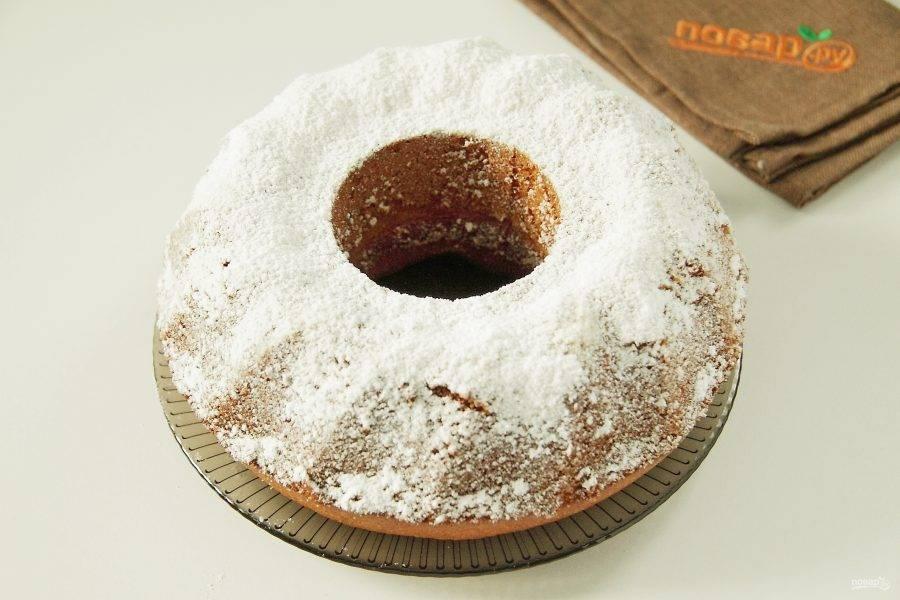 Турецкий кекс готов. Аккуратно переворачиваем его на тарелку и украшаем по желанию сахарной пудрой или любой глазурью.