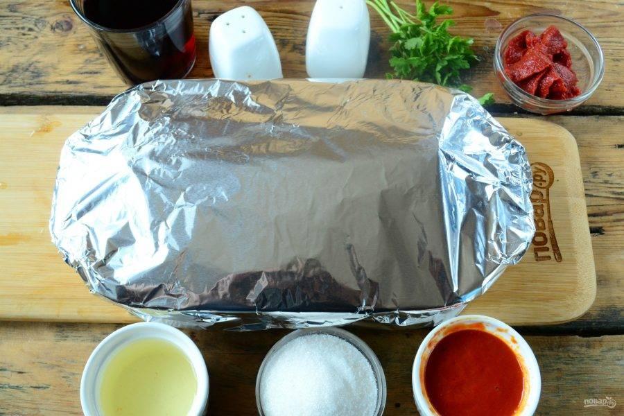 Добавьте в форму 150 мл воды, накройте форму фольгой и отправьте в духовку на 1 час (температура — 150 градусов).