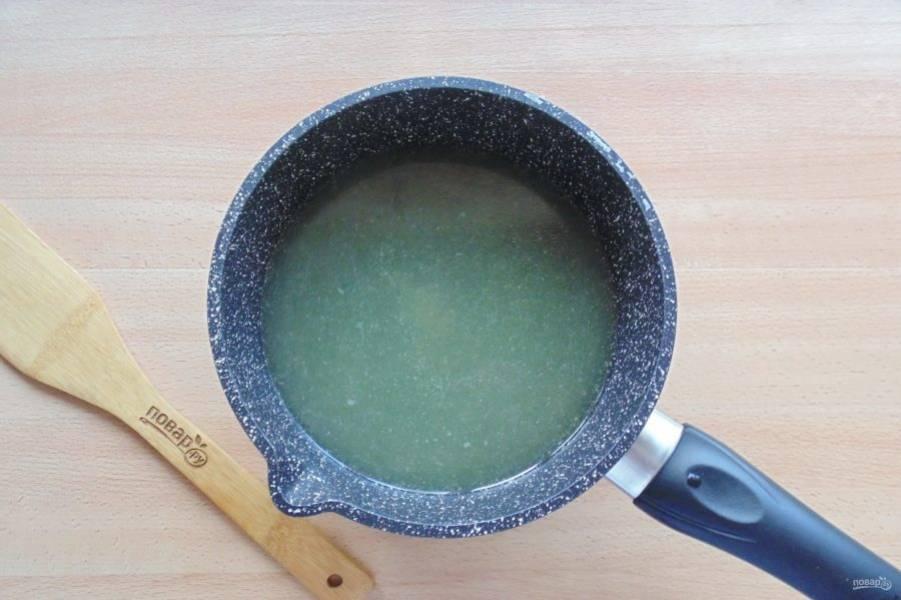 Желатин залейте холодной, кипяченой водой. Дайте 10-15 минут для набухания. Рыбный бульон процедите, доведите до кипения и выложите набухший желатин. Перемешайте до полного растворения желатина.