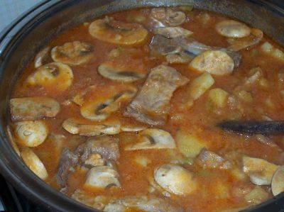 4. Через 15-20 минут добавим томатный соус, специи по вкусу, если недостаточно, и грибы, порезанные пластинками. Тушим дальше до готовности картошки.