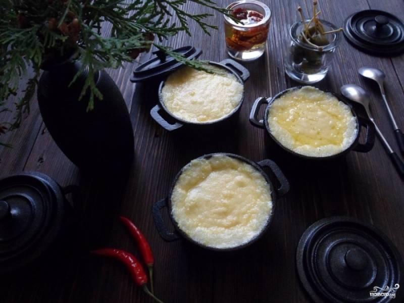 Затем раскладываем кашу по горшочка так, чтобы каша было на 1,5 см ниже кромки горшка и обильно посыпаем слоем тертого сыра. Ставим в духовку, не накрывая крышкой, и готовим в течение 20 минут при 200 градусах.