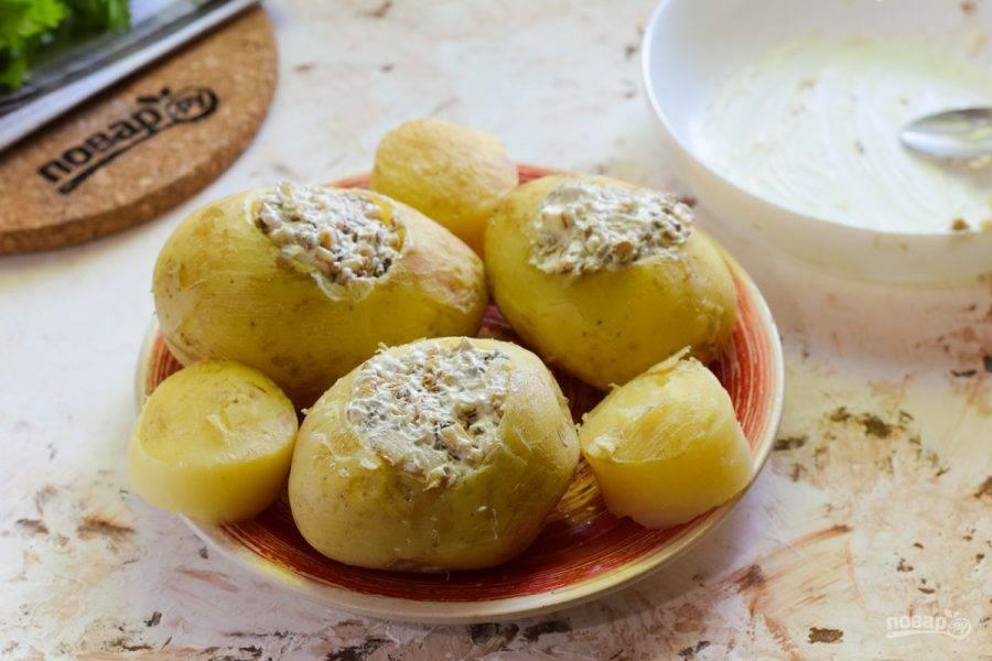 Наполните картофель приготовленной начинкой.
