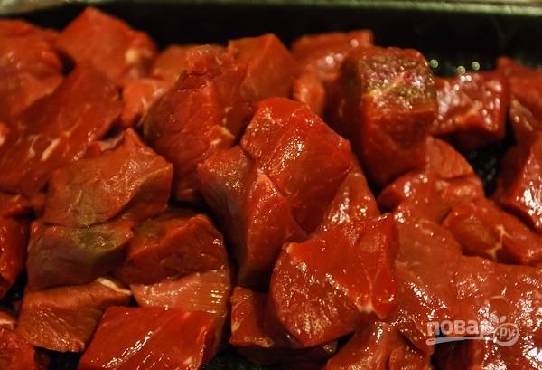 1. Мясо вымойте, очистите от пленочек при необходимости, нарежьте небольшими кусочками и выложите на сковороду с разогретым маслом. Обжарьте на среднем огне до образования румяной корочки.