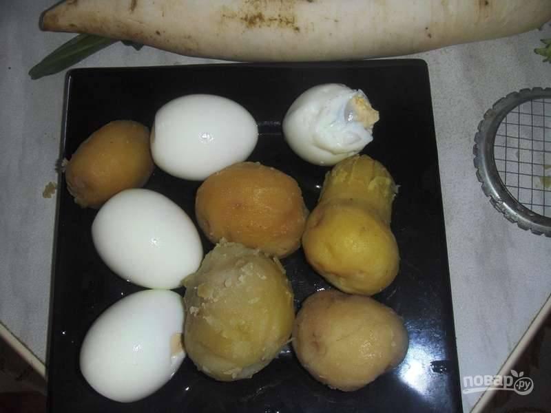 Заранее отварите картофель и яйца. Остудите их и очистите.