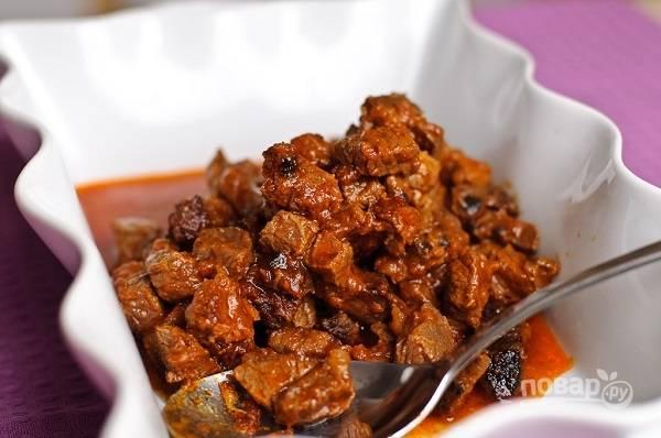 9. Мясо должно томиться на огне около 20-25 минут. После чего переложите его в жаропрочную форму и разровняйте.