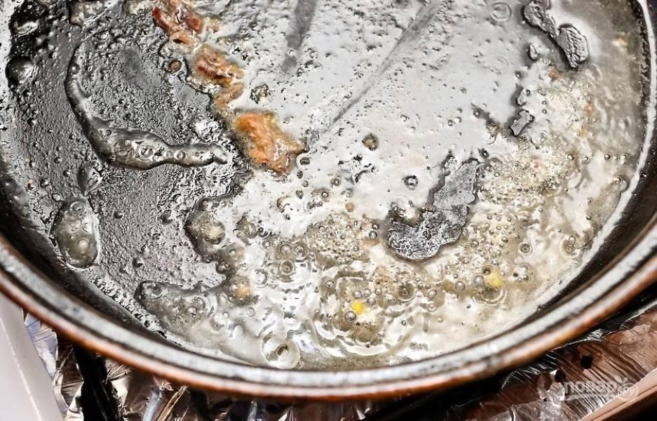 8.В отдельную сковороду добавьте 2 столовые ложки образовавшего от выпекания мяса жира, отправьте ее на огонь.