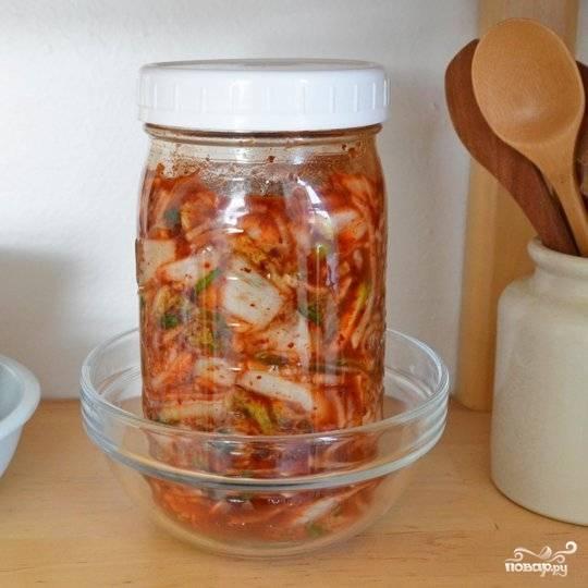 Оставьте капусту мариноваться при комнатной температуре на 1-5 дней.