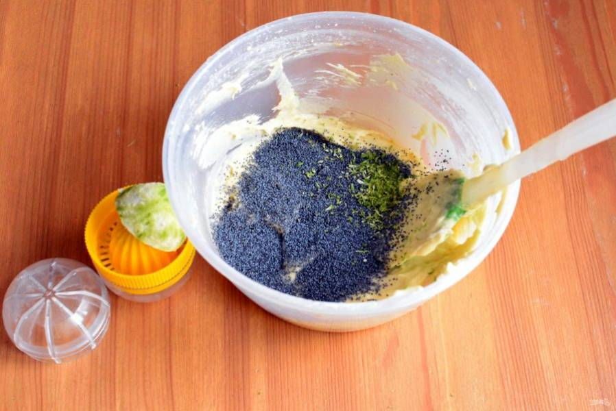 Разделите тесто пополам. Добавьте в одну половину мак, цедру и сок одного лайма.