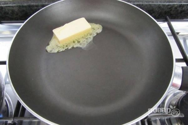 3.Растопите сливочное масло в большой сковороде.