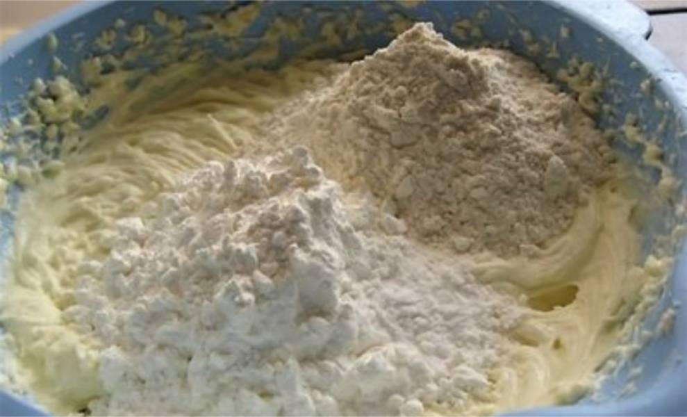 3. Теперь добавьте муку, крахмал, соль, ванилин и погасите соду уксусом.