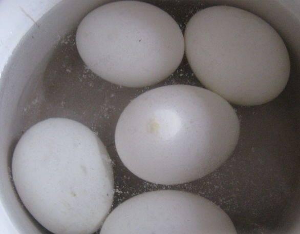 """2. Яйца отвариваем до готовности. Должны получится """"вкрутую""""."""