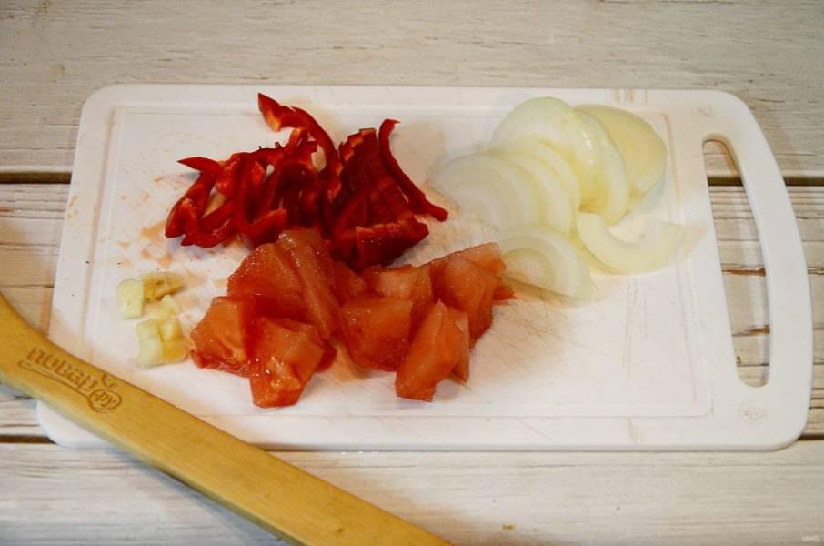 1. Перец нарежьте соломкой, лук - полукольцами, помидоры - кубиками.
