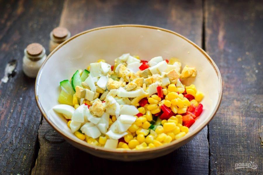 Куриное яйцо отварите и нарежьте кубиками, добавьте в салат.