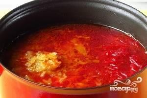 Добавить в кастрюлю все овощи, лавровый лист и перец горошком.
