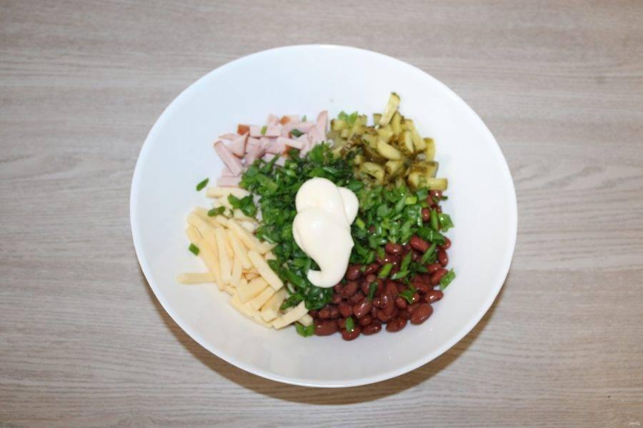 Добавьте в салатник нарезанную зелень и немного майонеза.
