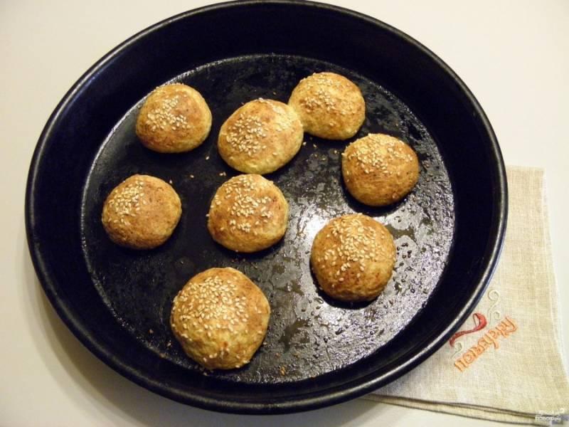 Выпекайте булочки без расстойки в духовке минут 25 при температуре в 180 градусов. Готовые булочки остудите на решетке. Приятного аппетита!