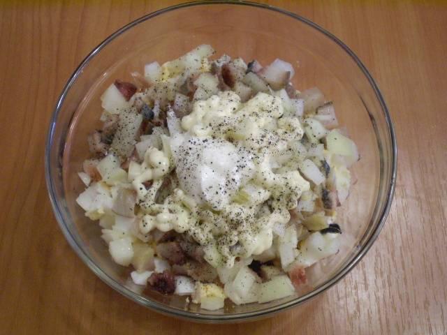 Складываем все ингредиенты в салатник, в том числе и лук, который нужно отжать от маринада. Добавляем соль, перец черный молотый, сметану и майонез.