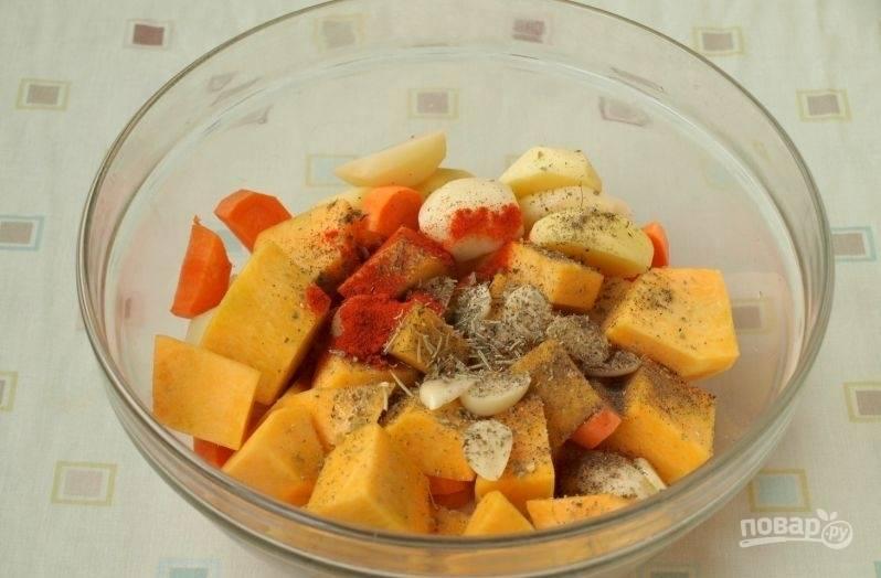 Далее к овощам добавьте все приправы и специи. Перемешайте.