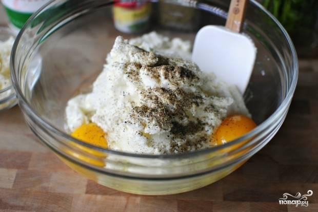 9. Вбейте яйца, добавьте щепотку черного перца.