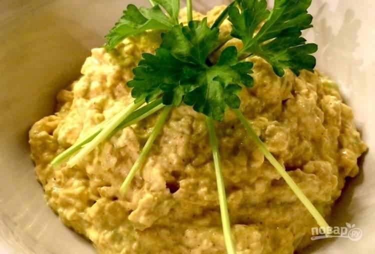 Салат из куриной грудки с карри