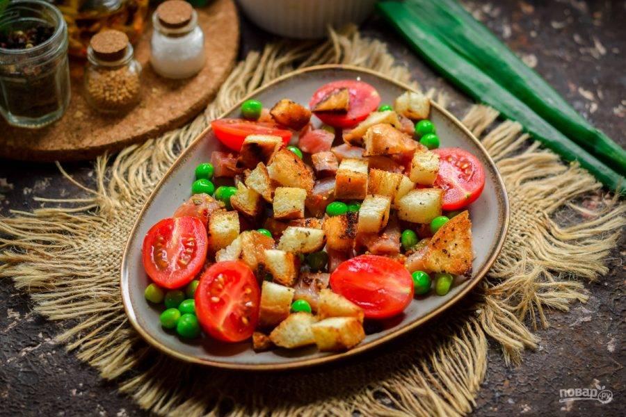 Теперь выложите в салат сухарики, все притрусите слегка солью и молотым перцем, также можете добавить для пикантности сухой чеснок.