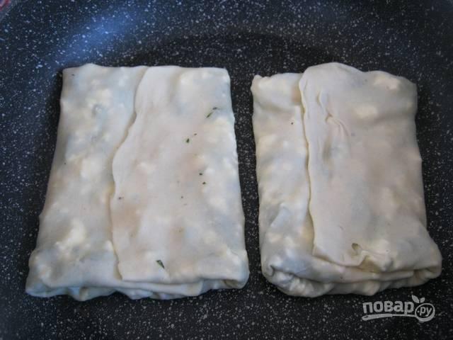 Жарьте на разогретой сковороде до готовности с обеих сторон. Можете немного добавить растительного масла, но в идеале оно не понадобится. Гезлеме готовят на сухой сковороде.