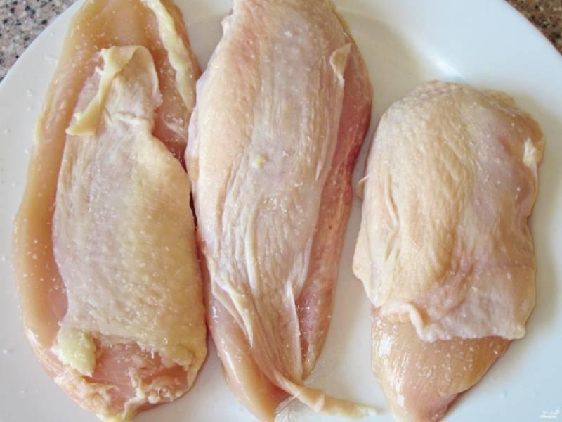 Куриные грудки натрите солью и перцем, дайте им постоять минут 15, чтобы курица напиталась специями.