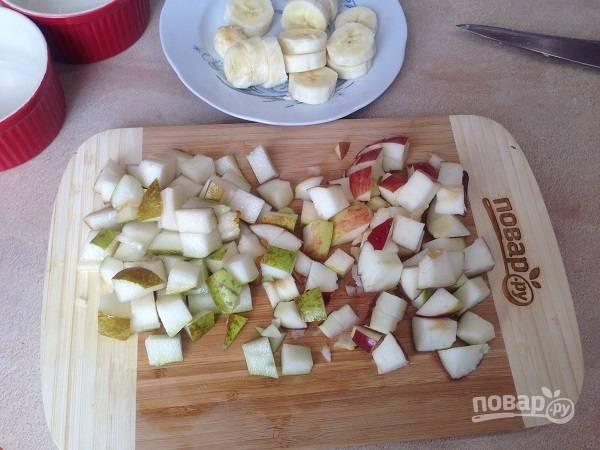 3. Грушу и яблоко нарезаем кубиками, а банан — кружочками.