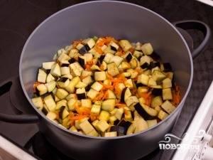 Добавить кубиками нарезанные баклажаны, жарить еще 5-7 минут до полуготовности