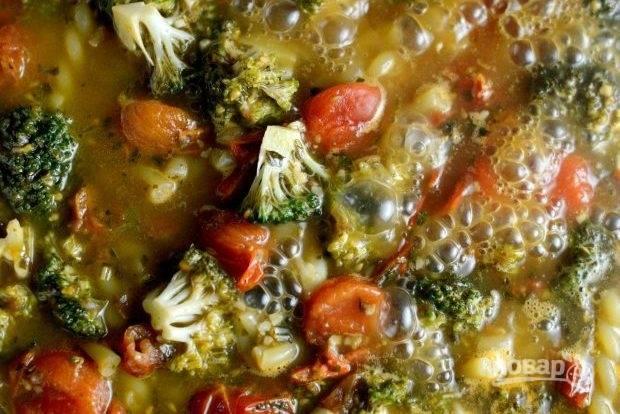 7. Тушите блюдо на среднем огне в течение 11 минут. За 5-6 минут до окончания приготовления влейте сливки.