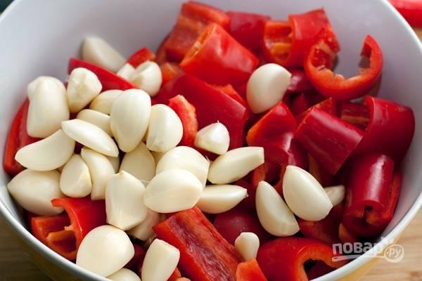 4.Болгарский перец мою и очищаю от семян, затем нарезаю крупными кусками. Чили мою и нарезаю кусочкам (если любите острое, то семена вычищать не нужно). Очищаю чеснок, разделяю его на зубчики.