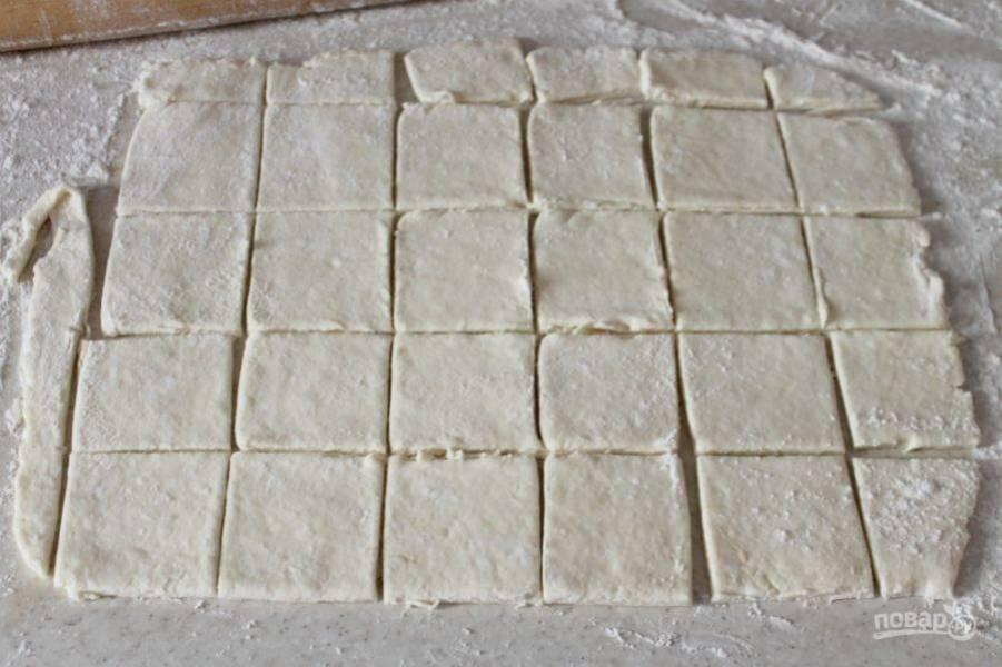 Готовое тесто раскатываем толщиной 3-4 мм. Разрезаем пласт теста на квадраты.