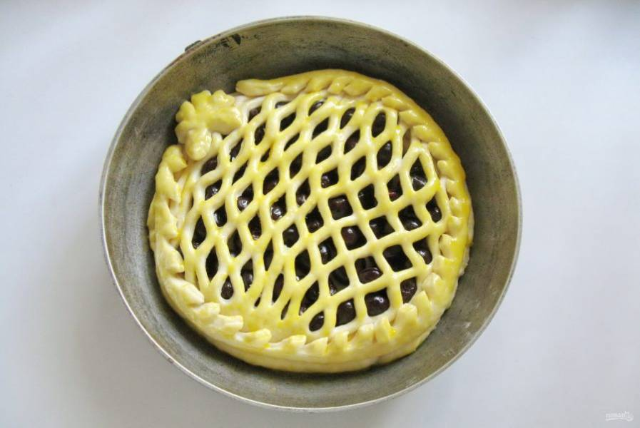 Дайте пирогу постоять при комнатной температуре 30-40 минут. За это время он немного поднимется. Смажьте яйцом.