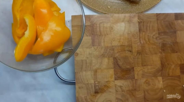 1. Желтый болгарский перец очистите от семени и дефектов, нарежьте большими кусочками и сложите в миску.