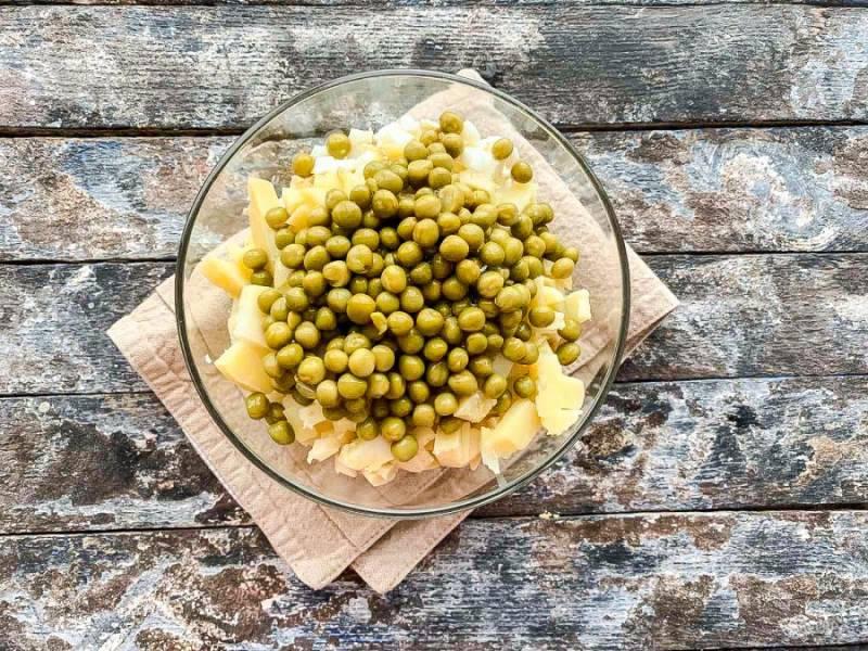 Добавьте зеленый горошек к остальным ингредиентам.