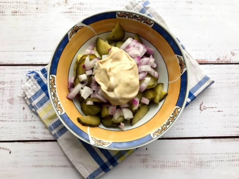 Заправьте салат и хорошо перемешайте.